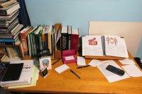 zeszyty i książki na biurku